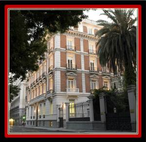 The building is a pure delight. It was built in 1884 for the Duchess of Medina de las Torres. The building originally had four storeys and a semi-basement, but in 1910 two towers were built on the main part of the corners. The Mapfre Foundation is 10 minutes walking from VilllaJardines