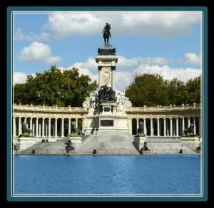 Here we can find a large artificial pond next to the monument to King Alfonso XII, featuring a semicircular colonnade and an equestrian statue of the monarch on the top of a tall central core.
